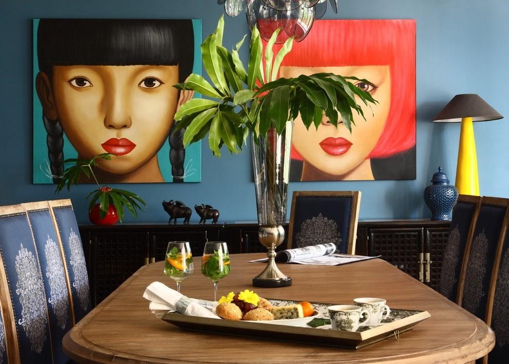 Яркие картины на стене кухни в квартире