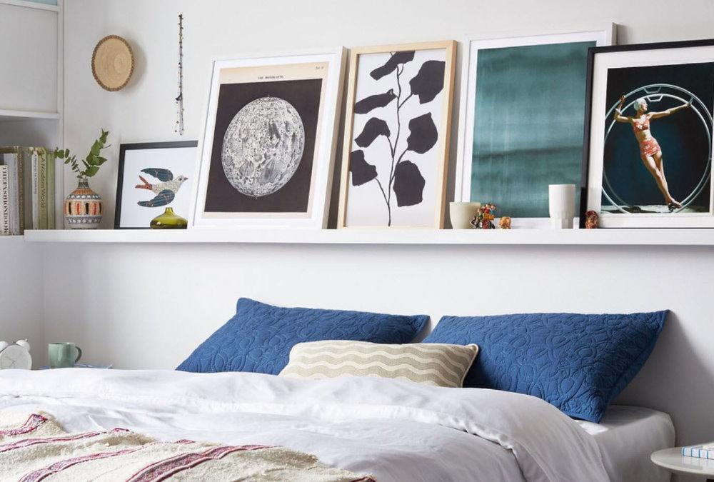 Маленькие картины на полке в спальне