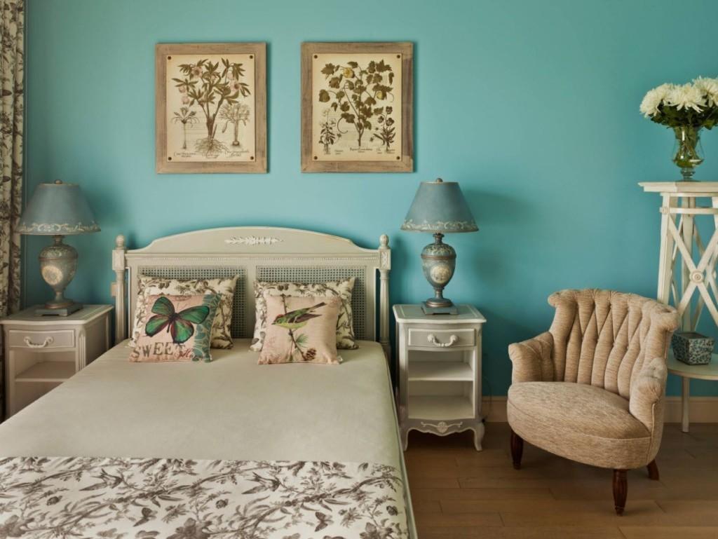 Небольшие картины на голубой стене спальни