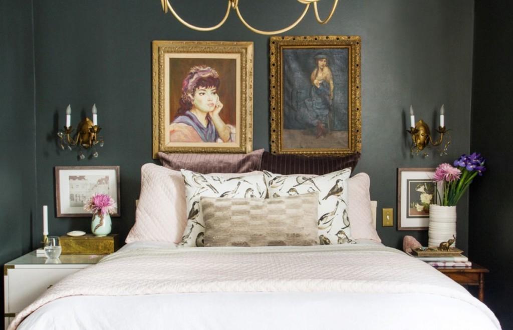 Декор стены над кроватью картинами с портретами