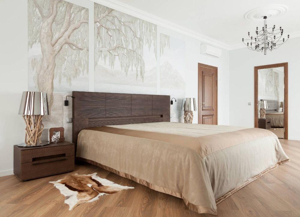 Нарисованные деревья на стене спальни