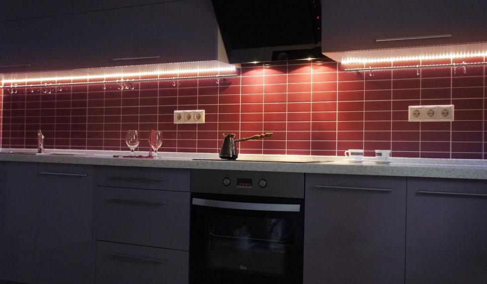 Подсветка рабочей столешницы в кухне с керамическим фартуком