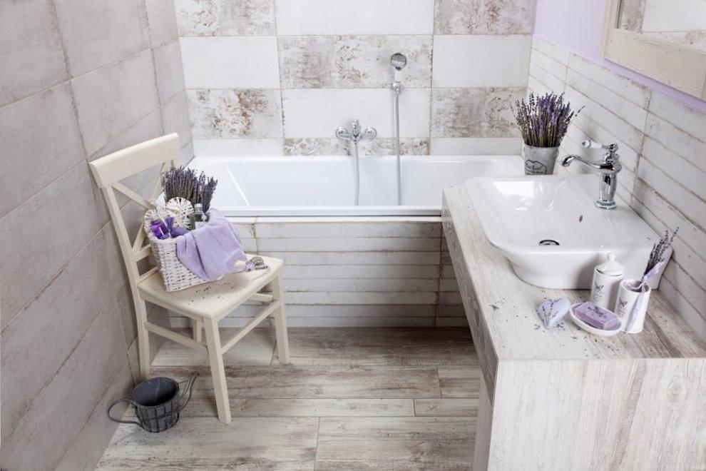 Деревянный стул в совмещенной ванной комнате