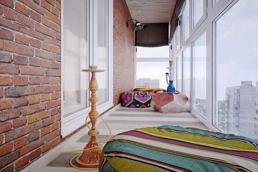 Красный кирпич в интерьере балкона