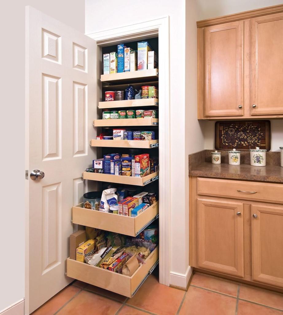 Выдвижные полки в кухонном шкафу-кладовке