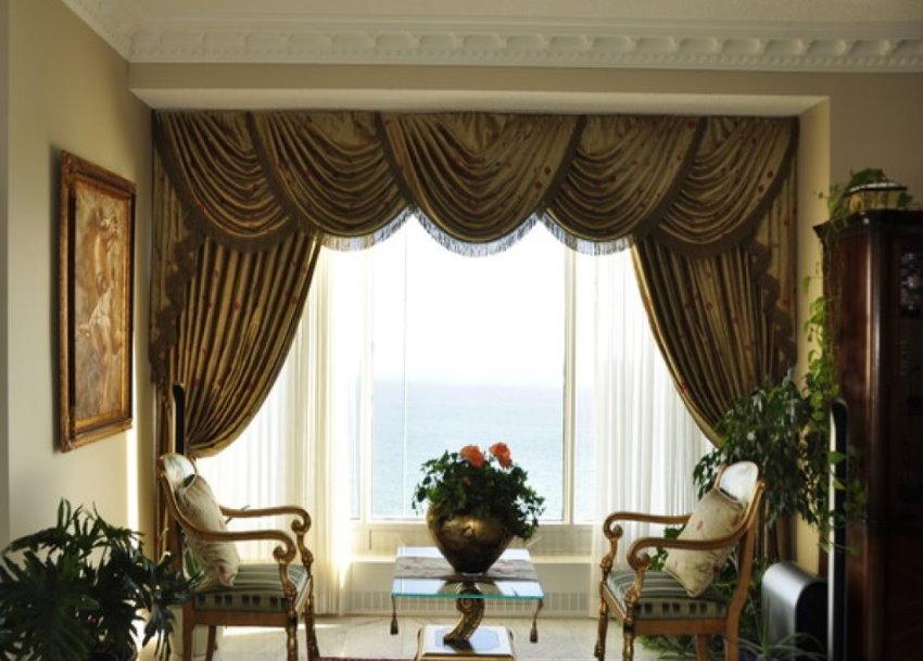 Декорирования окна лоджии в стиле классика