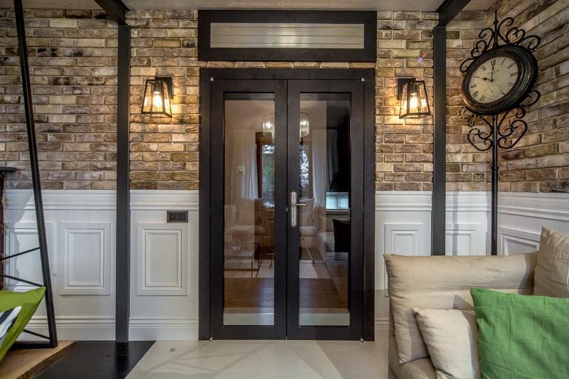 Двустворчатая распашная дверь в доме с кирпичными стенами