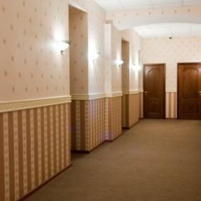 комбинированные обои в коридоре квартиры фото интерьера
