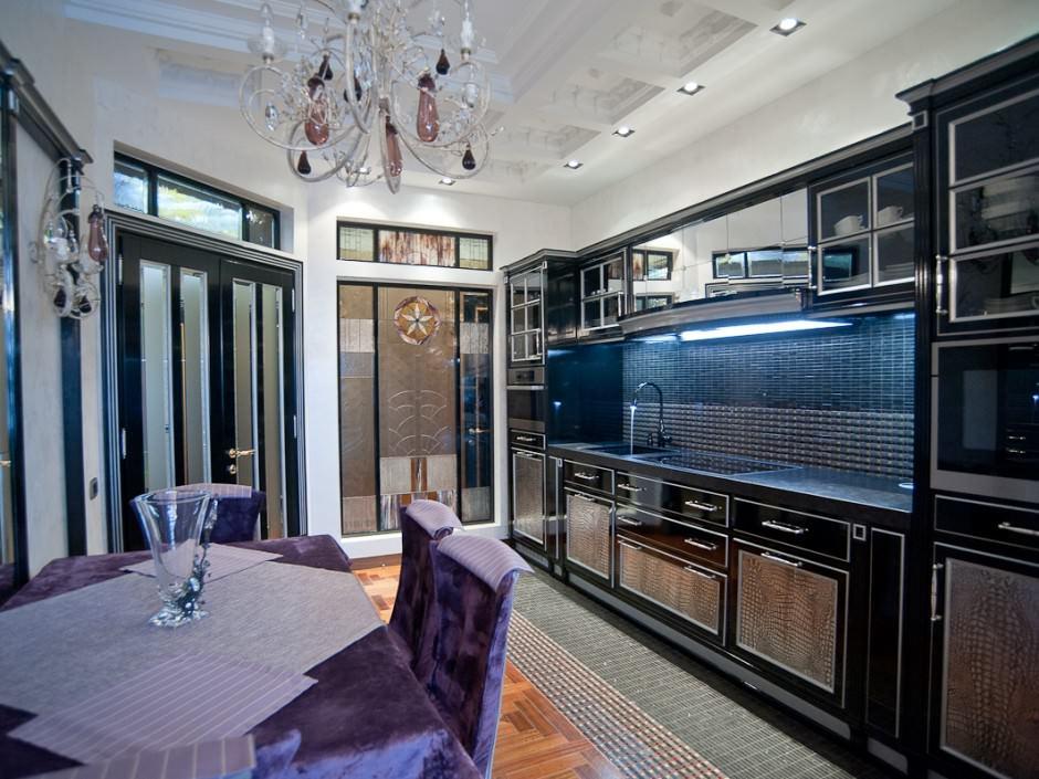 Черные фасады линейной кухни