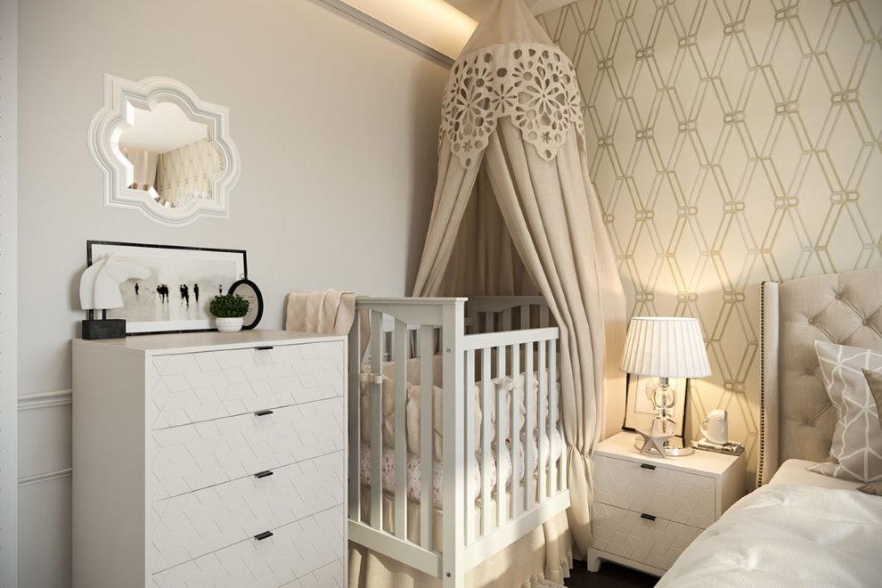 Комод для детских вещей рядом с кроваткой для новорожденного