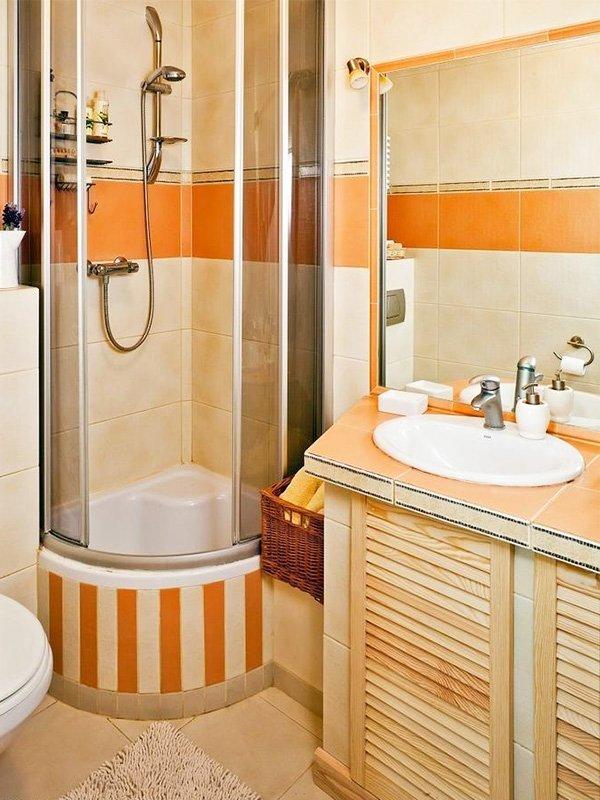 Компактная ванна с душем в углу комнаты