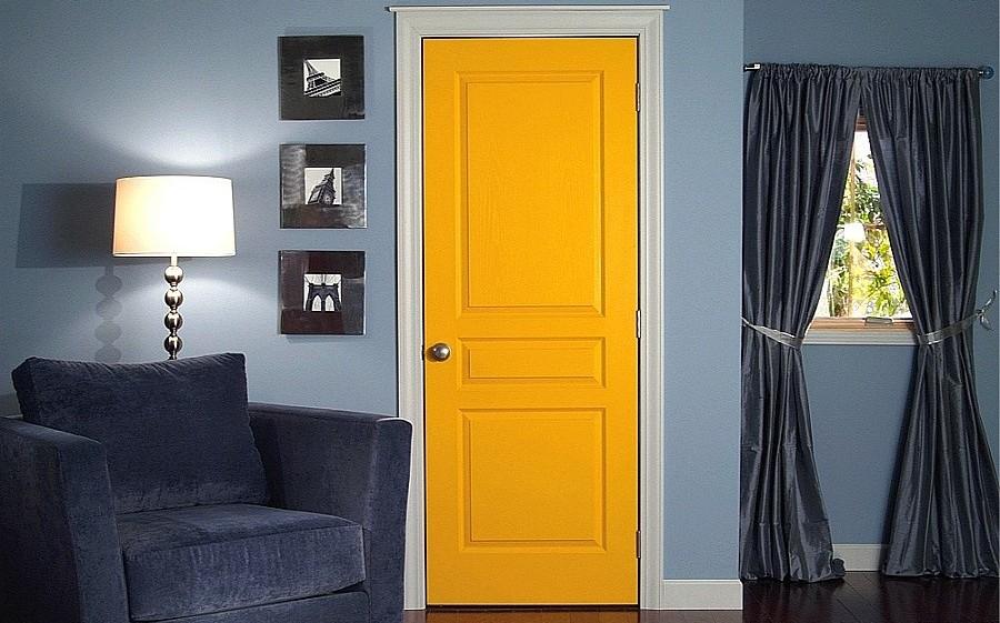 Яркая желтая дверь в комнате с черными шторами