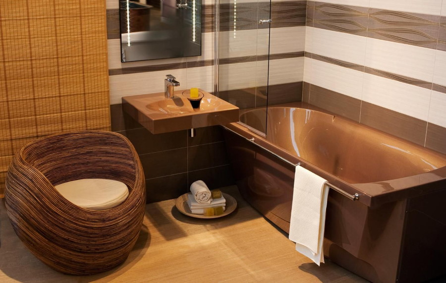 Коричневая акриловая ванна с поручнем для полотенца
