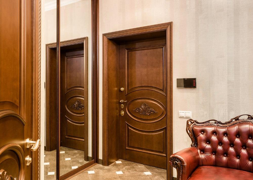 Коричневая дверь на выходе из квартиры