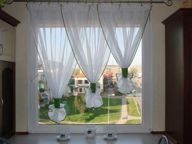 Короткие тюлевые занавески на кухонном окне