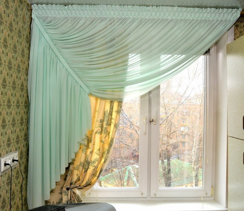 Короткие занавески на маленьком окне кухни