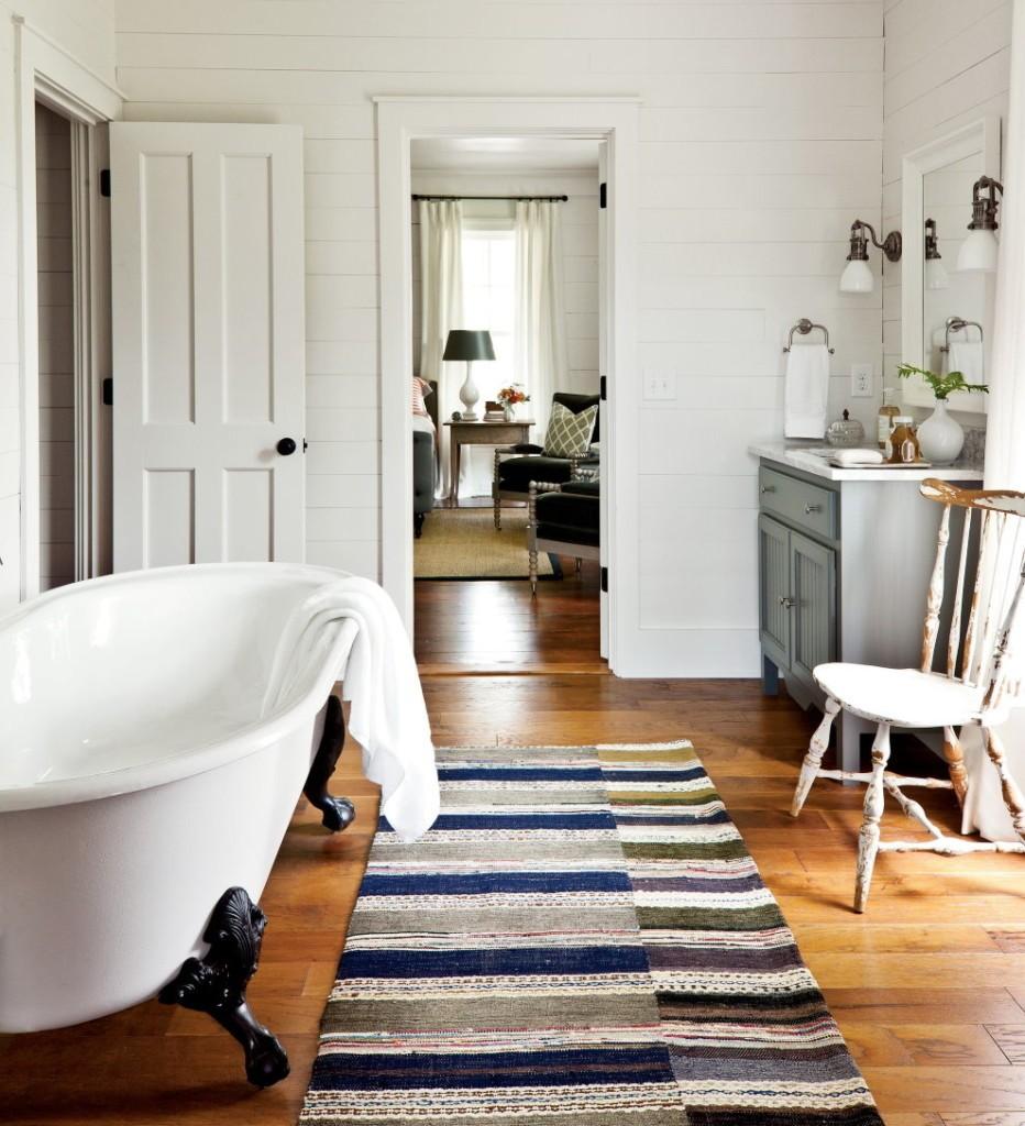 Полосатый коврик на полу в ванной