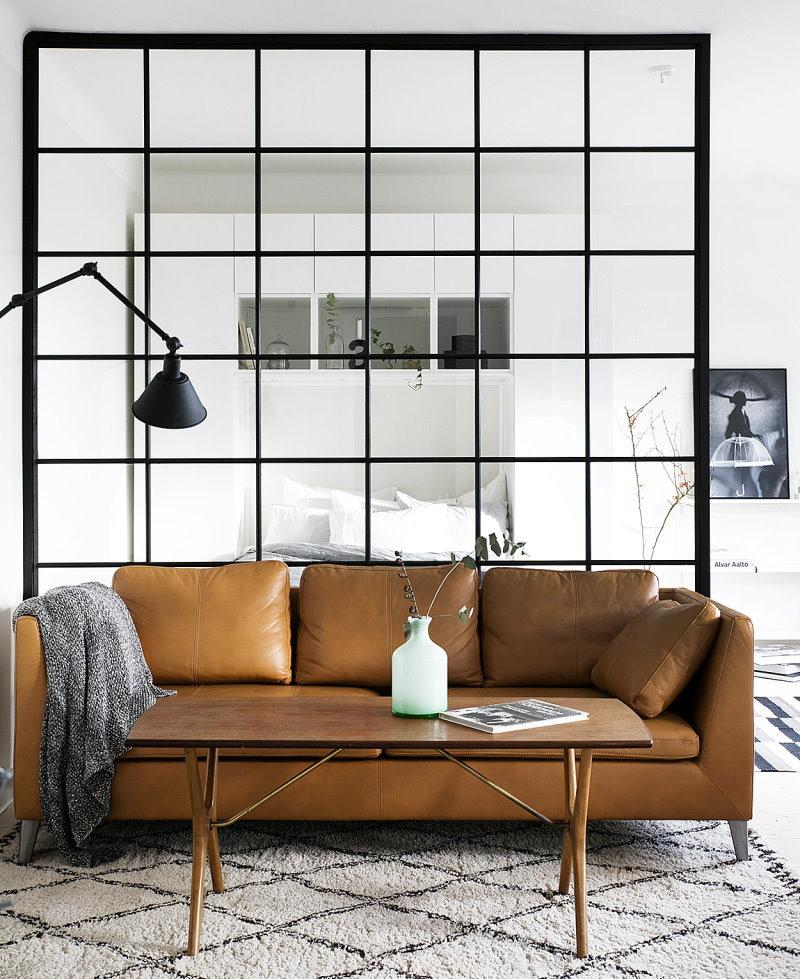 Кожаный диван в комнате однушки