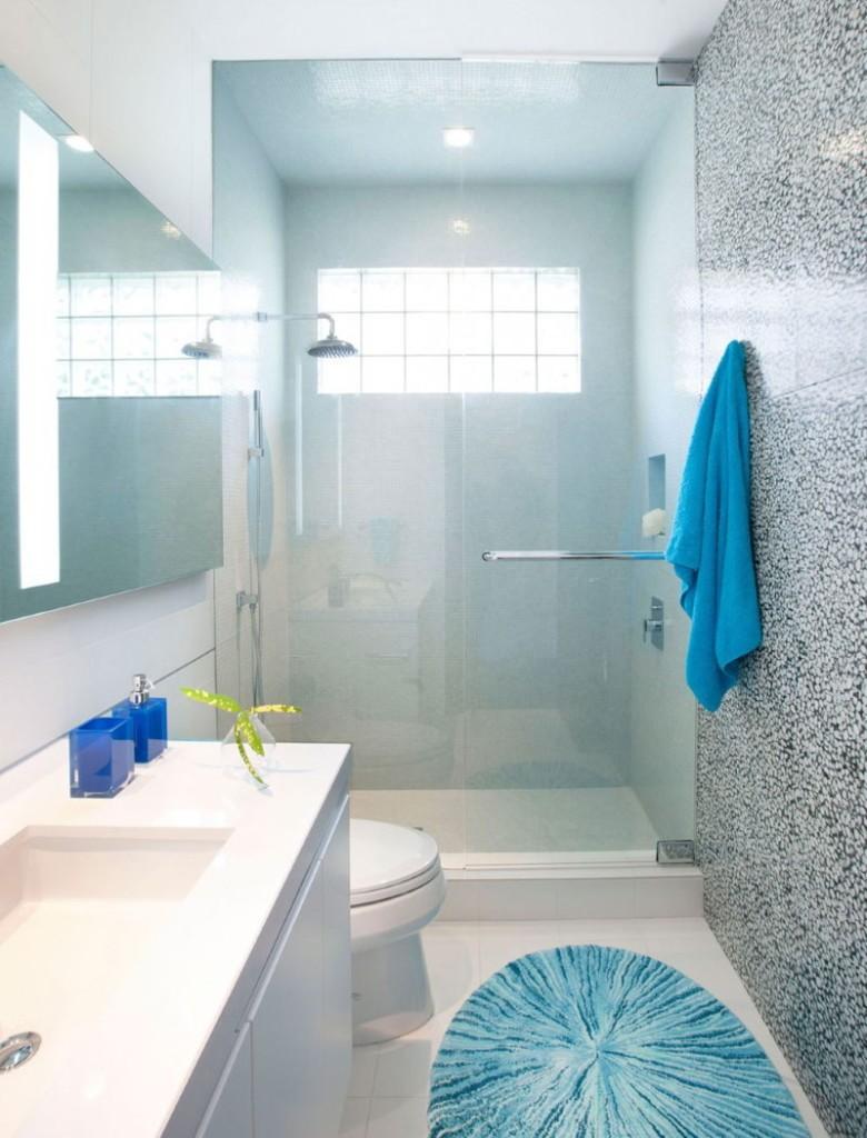 Крашенные стены в интерьере ванной с окошком