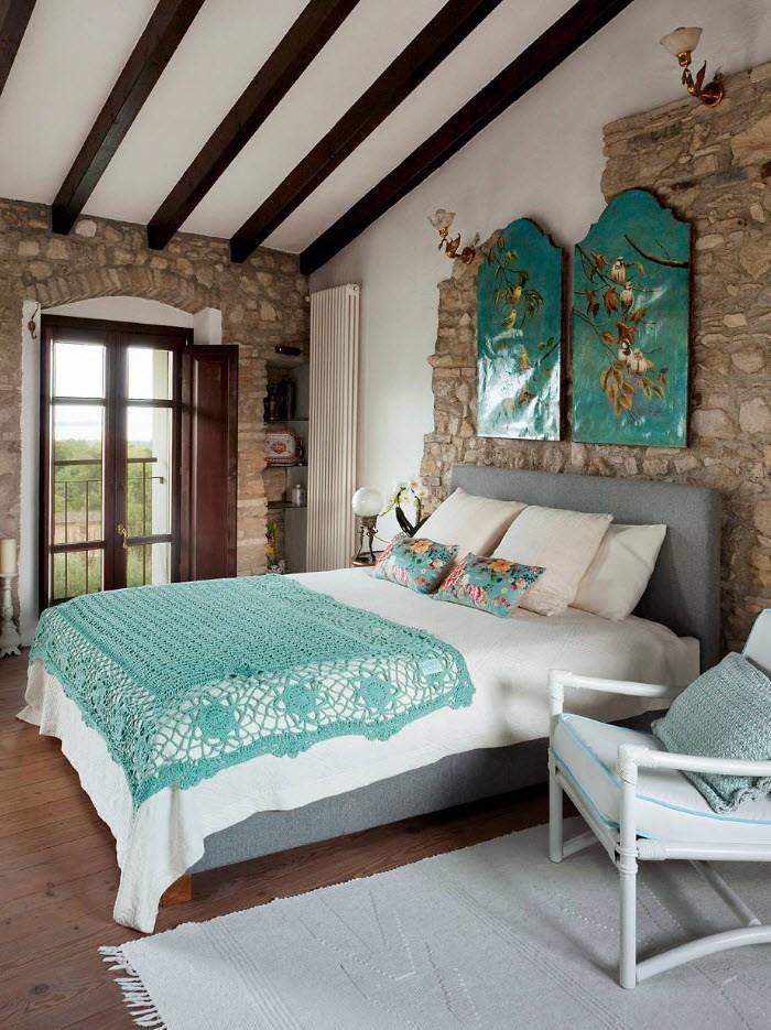 Картины маслом на стене спальни частного дома
