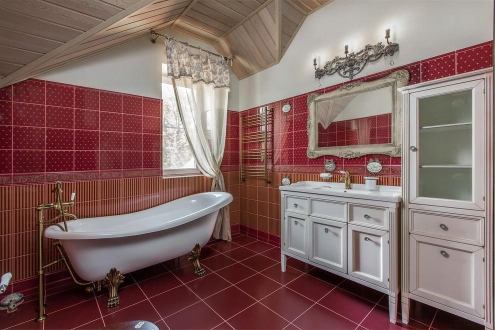 Красная плитка в интерьере ванной мансарды