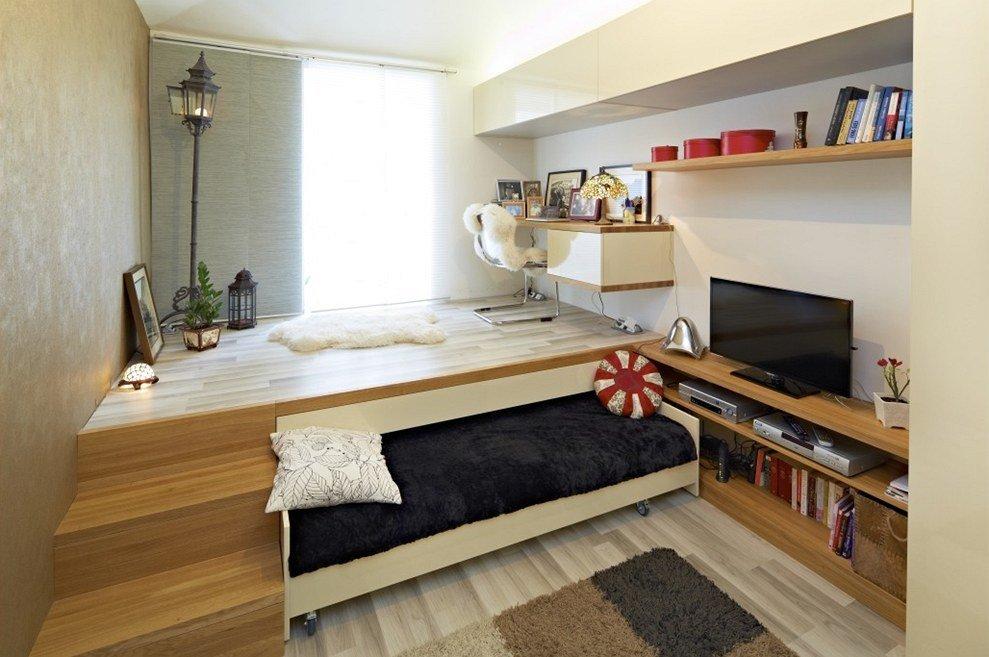 Кровать в деревянном подиуме однокомнатной квартиры