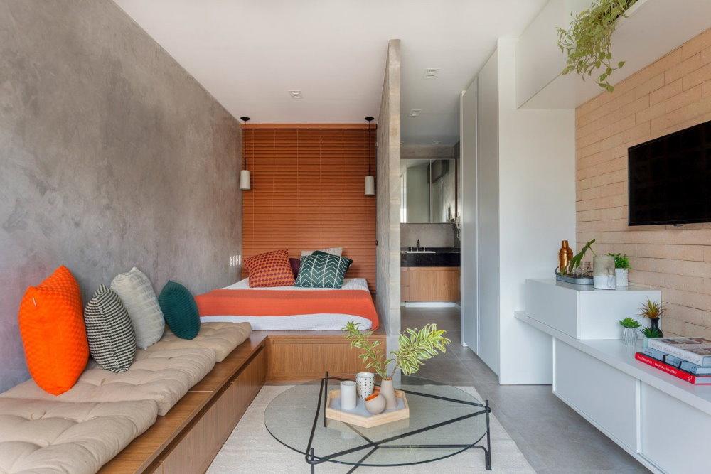 Кровать за перегородкой в квартире-студии
