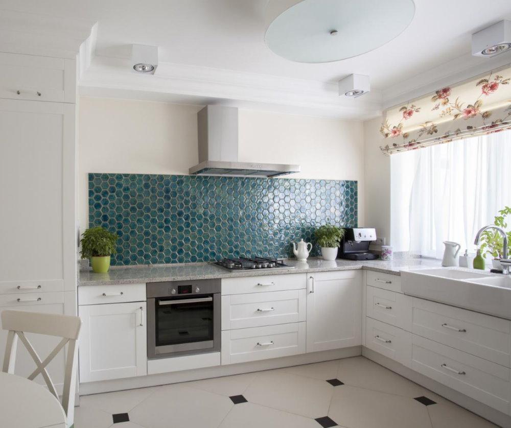 Белая кухня без подвесных шкафчиков