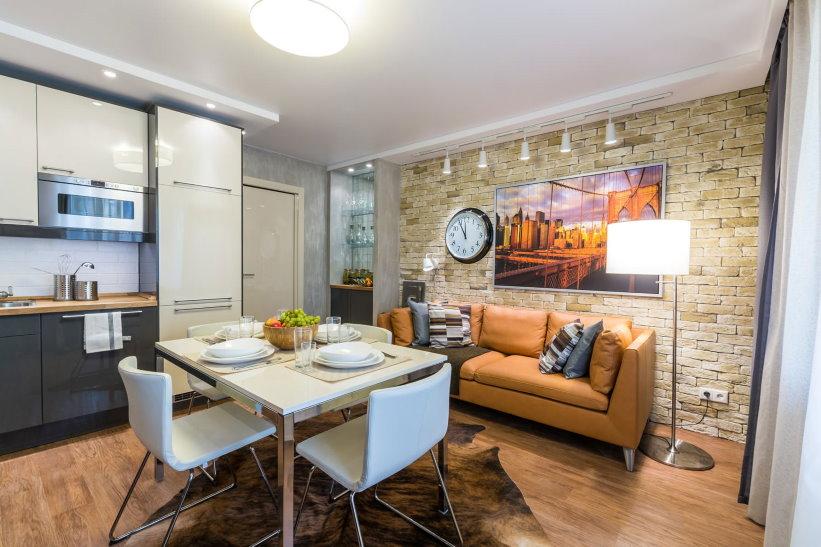 Кожаный диван в кухне двухкомнатной квартиры