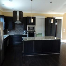 кухня с темным полом фото декор
