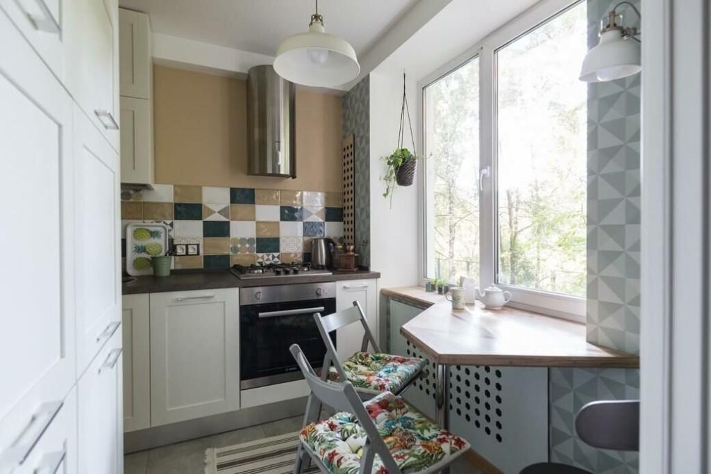 Стол-подоконник в кухне хрущевки