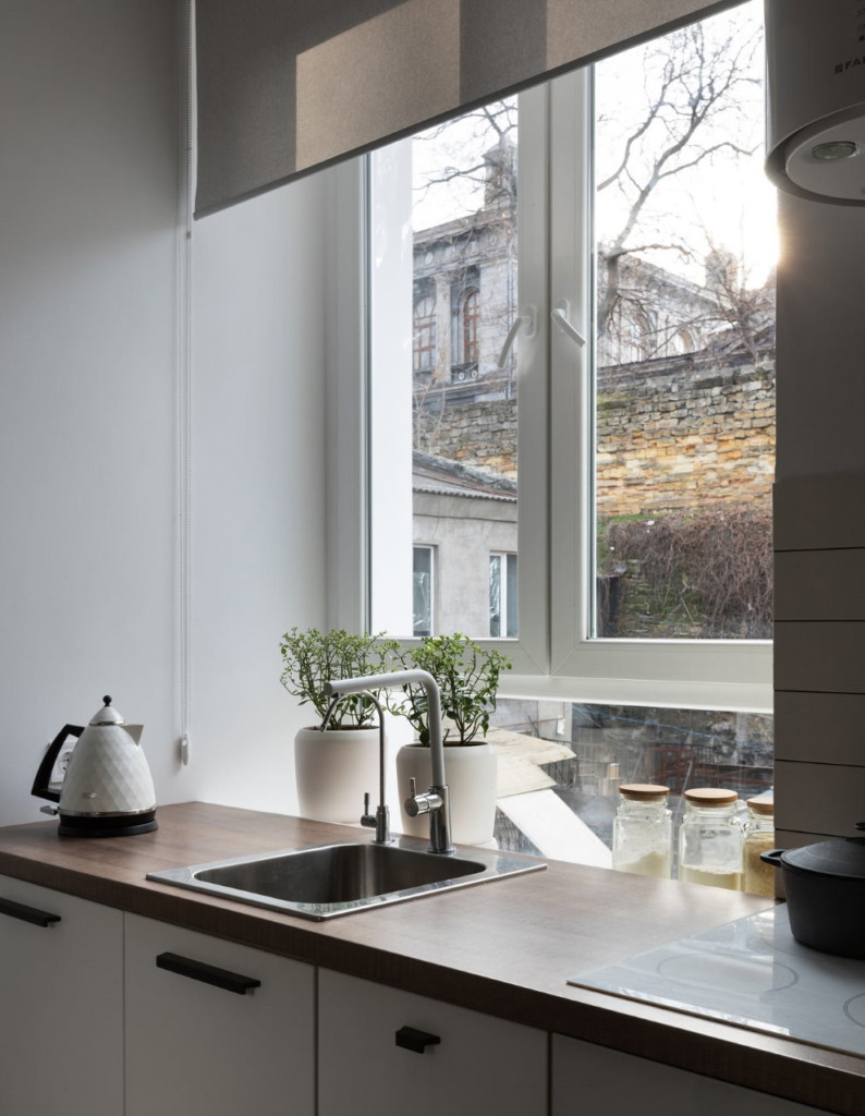 Мойка перед окном с рулонной шторой