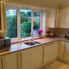 кухня с мойкой у окна дизайн фото