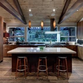кухня с мойкой у окна фото декора