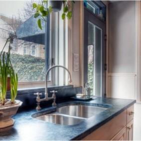 кухня с мойкой у окна интерьер