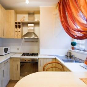 кухня с мойкой у окна варианты фото