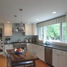 кухня с мойкой у окна фото варианты