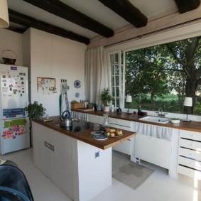 кухня с мойкой у окна фото вариантов