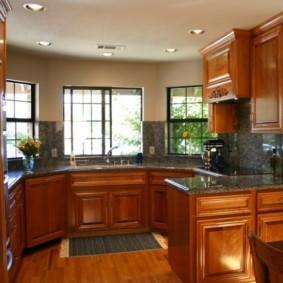 кухня с мойкой у окна дизайн