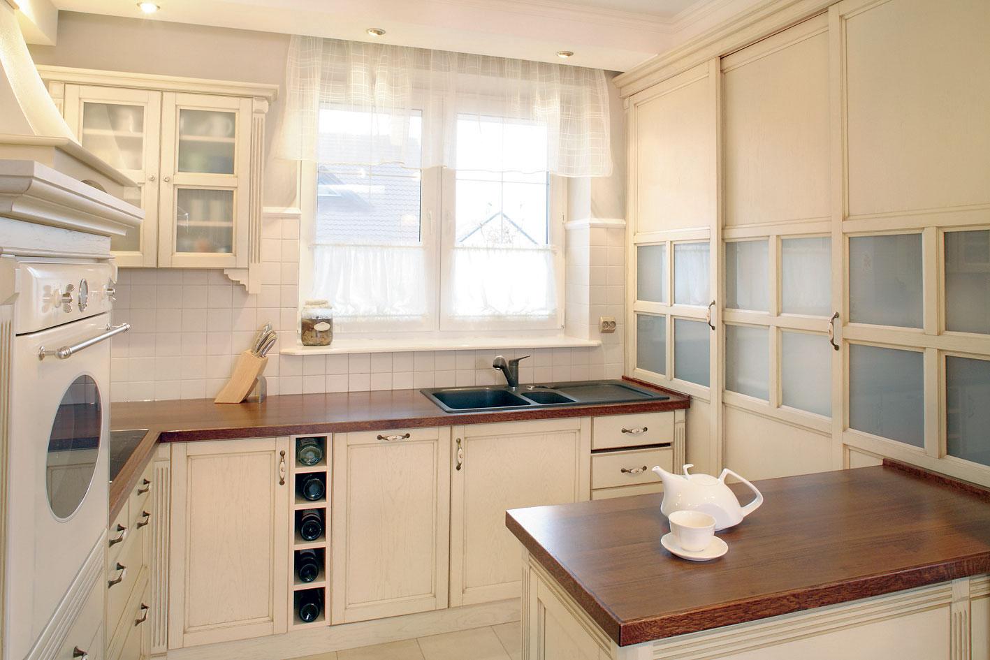 кухня с мойкой у окна дизайн интерьера