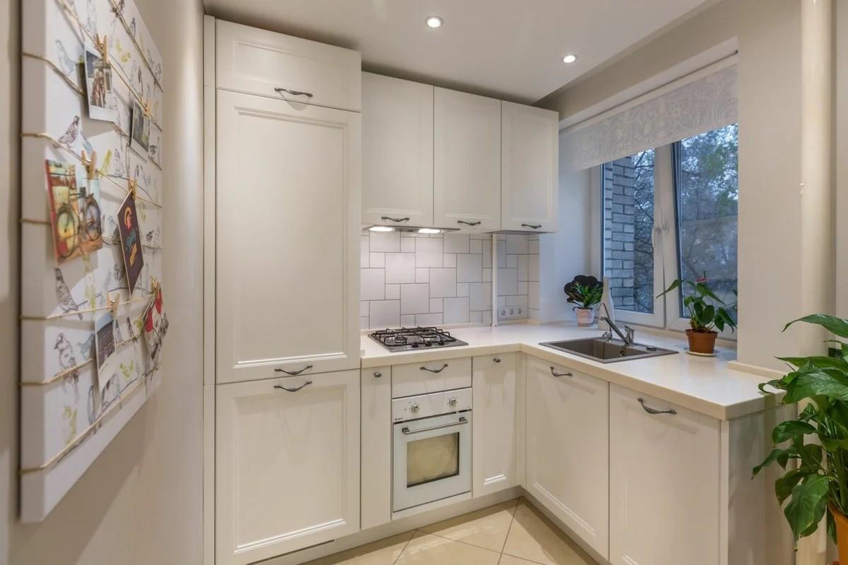 кухня с мойкой у окна фото интерьера