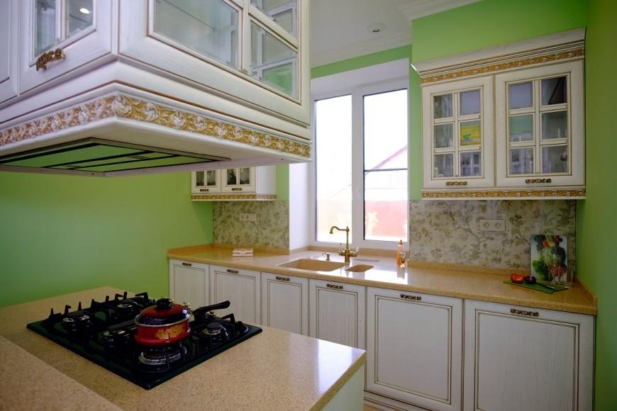 кухня с мойкой у окна фото оформление
