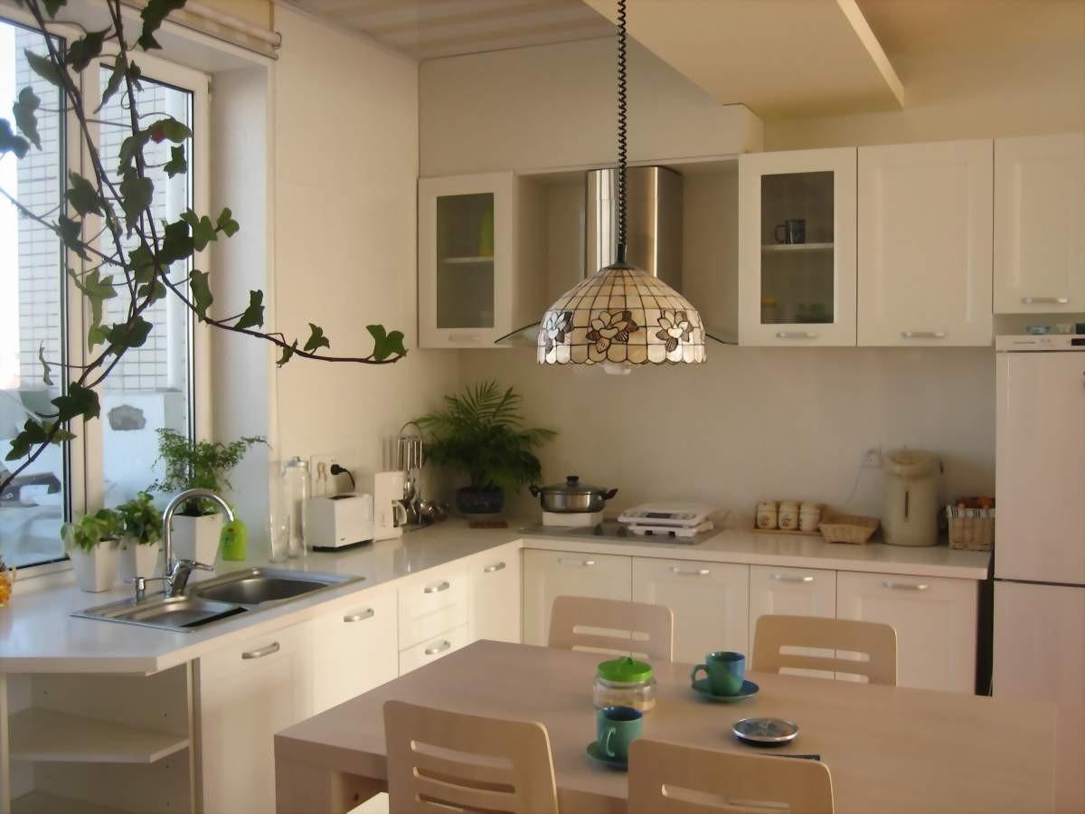 кухня с мойкой у окна фото оформления