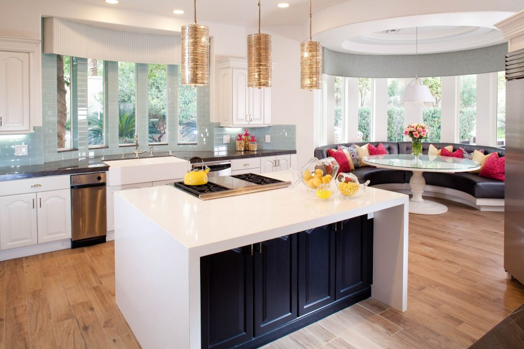 кухня с мойкой у окна фото