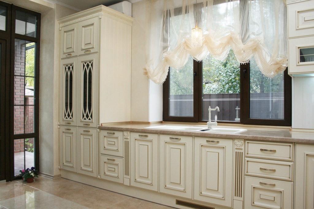 кухня с мойкой у окна классика