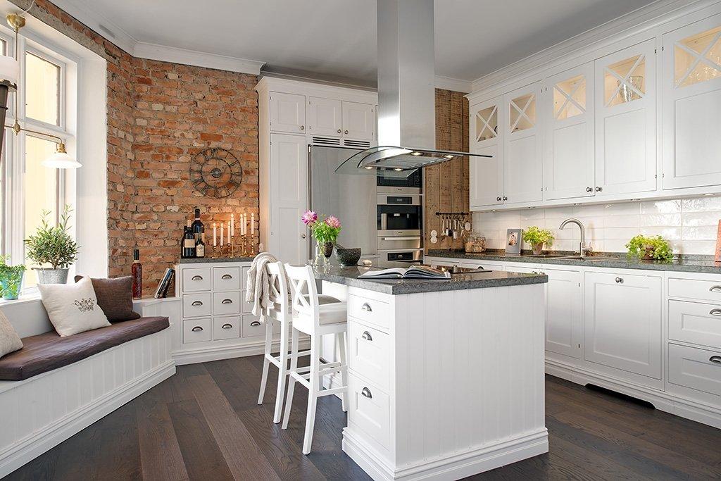 кухня с окном в зоне отдыха