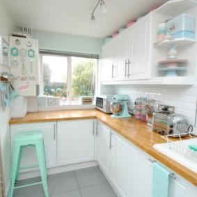 кухня с окном в рабочей зоне идеи фото