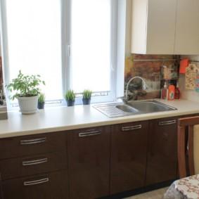 кухня с окном в рабочей зоне декор