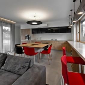кухня с окном в рабочей зоне декор фото