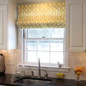 кухня с окном в рабочей зоне фото декор